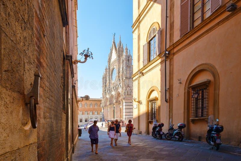 Escena de la calle en la ciudad italiana de Siena con vistas a la catedral foto de archivo libre de regalías