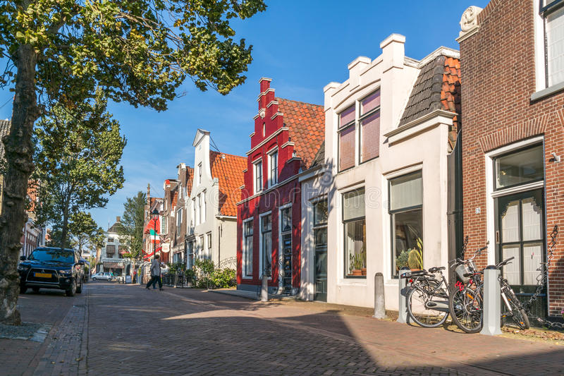 Escena de la calle en la ciudad vieja de Harlingen, Países Bajos fotografía de archivo libre de regalías