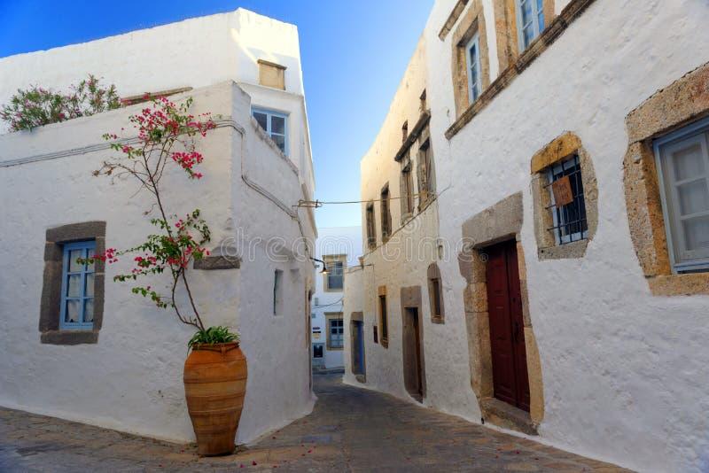 Escena de la calle en la isla de Patmos imagenes de archivo
