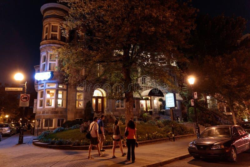 Escena de la calle en Montreal en Rue Saint-Dennis fotografía de archivo
