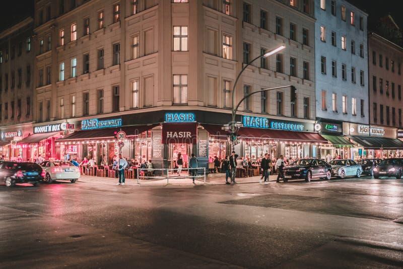 Escena de la calle en la noche en Oranienstr en Berlín, Kreuzberg foto de archivo libre de regalías