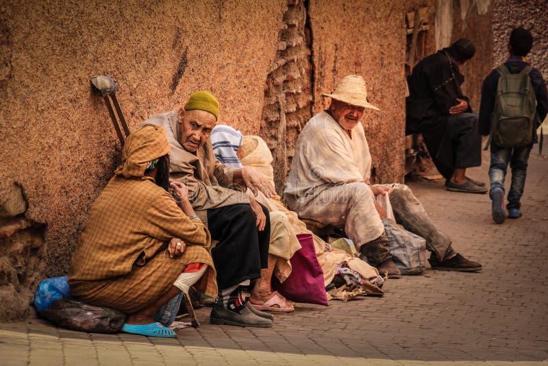 Escena de la calle mendigos marrakesh marruecos foto de archivo libre de regalías