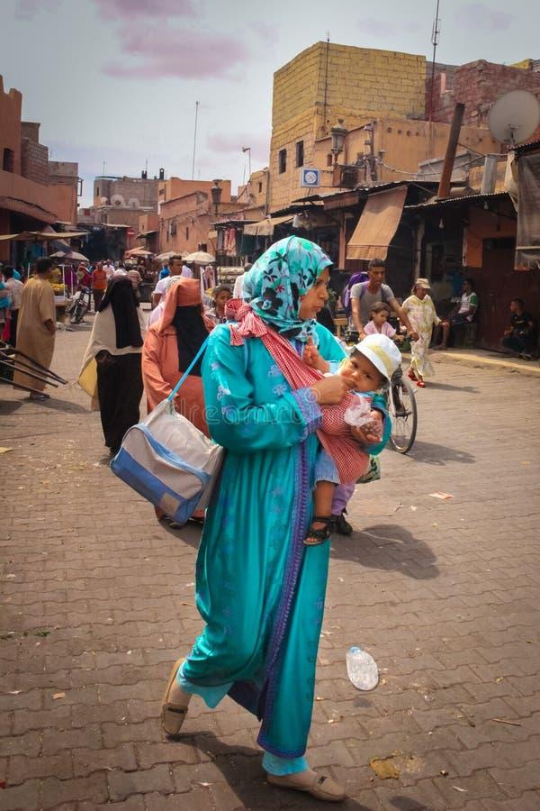 Escena de la calle Mujer con el bebé marrakesh marruecos imagen de archivo libre de regalías