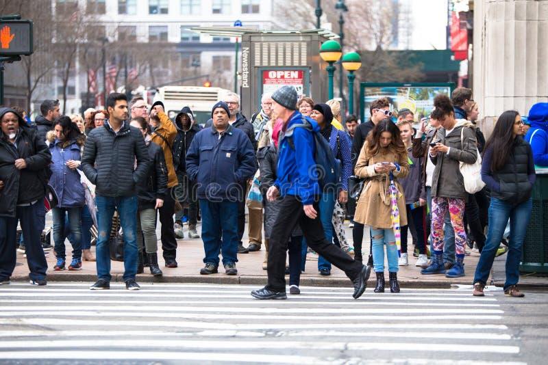 Escena de la calle de New York City con la gente imagenes de archivo