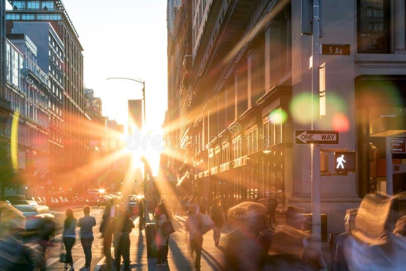 Escena de la calle de New York City con la gente borrosa abstracta fotografía de archivo