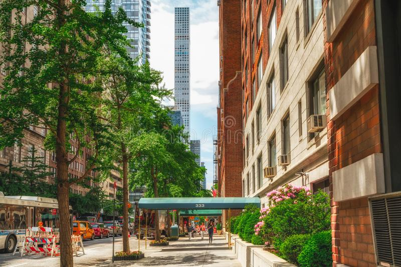 Escena de la calle de Nueva York y construcciones de viviendas de Midtown Manhattan en Sunny Daylight imagen de archivo libre de regalías