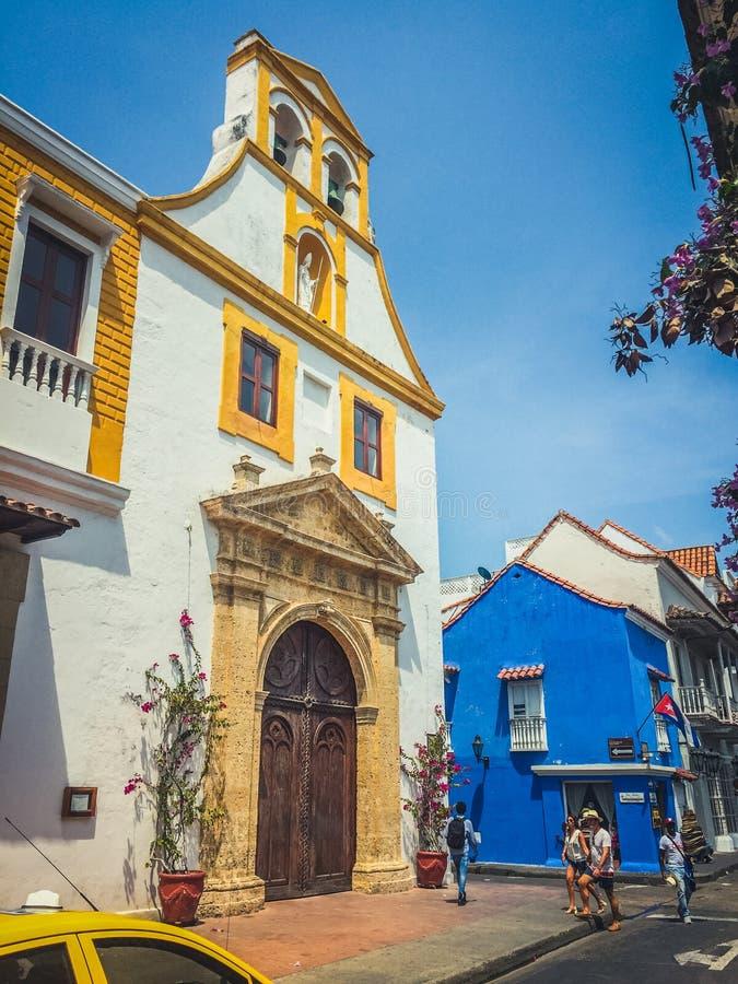 Escena de la calle y fachadas constructivas coloridas de la ciudad vieja en Cartagena, Colombia imagen de archivo libre de regalías