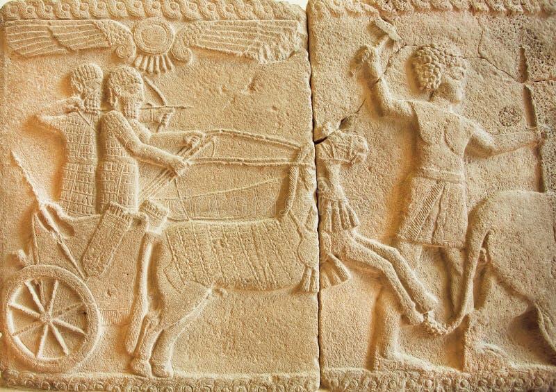 Escena de la caza en bajorrelieve asirio antiguo a partir del siglo VIII A.C. foto de archivo