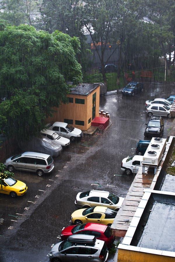 Escena de la ciudad en un día lluvioso fotografía de archivo
