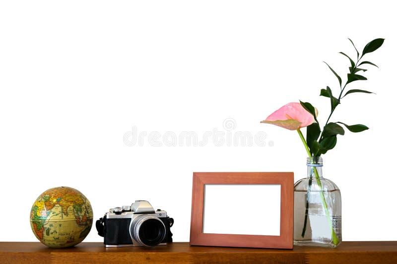Escena de la decoración del bastidor de la foto del viaje, de la cámara del vintage, del modelo del globo y del florero en blanco foto de archivo libre de regalías