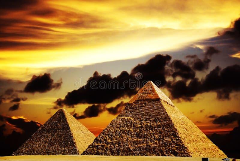 Escena de la fantasía de las pirámides de giza fotos de archivo
