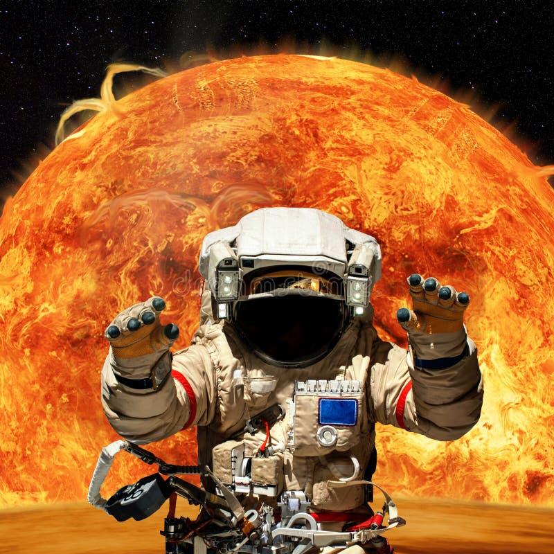 Escena de la fantasía de un astronauta cerca de un planeta extranjero stock de ilustración