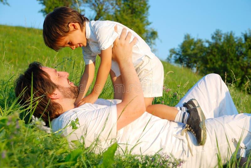Escena de la felicidad de la familia fotos de archivo libres de regalías
