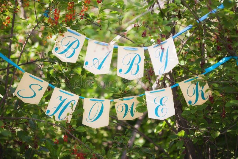 Escena de la fiesta de bienvenida al bebé, banderas con las letras en cinta fotografía de archivo libre de regalías