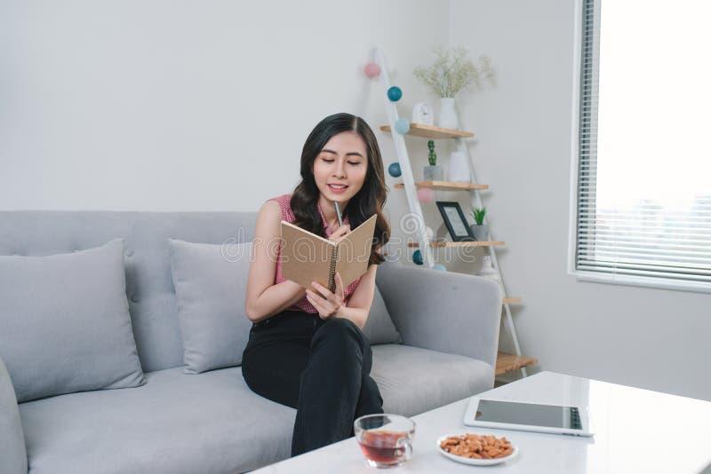 Escena de la forma de vida del diario asiático atractivo joven de la escritura de la mujer fotografía de archivo