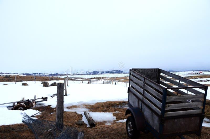 Escena de la granja en nieve imagen de archivo