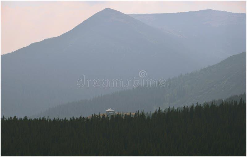 Escena de la montaña fotos de archivo