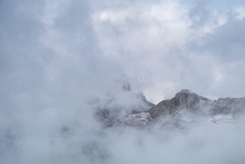 Escena de la montaña brumosa en montaña de las dolomías imagen de archivo