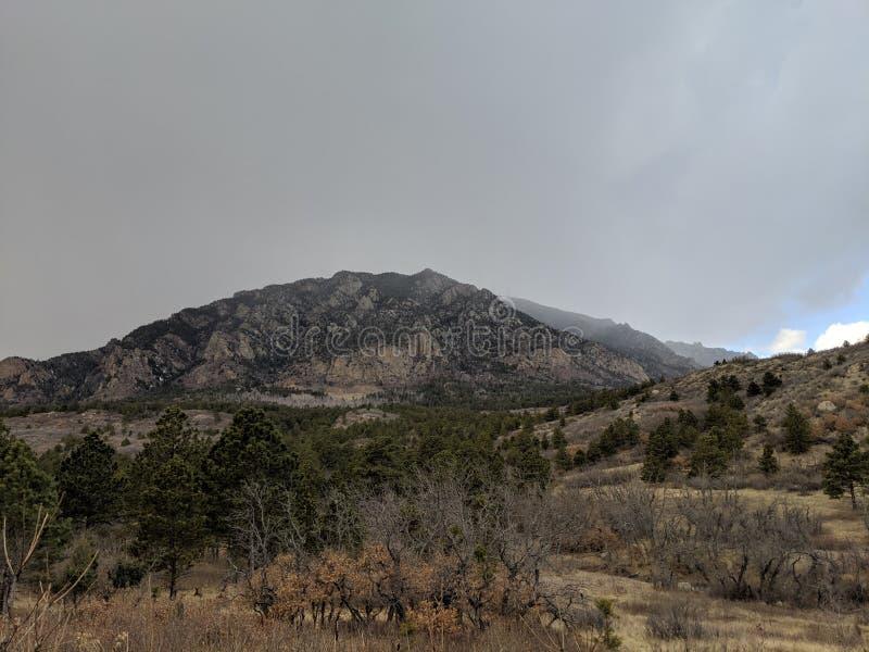 Escena de la montaña con los cielos oscuros que ruedan adentro fotos de archivo libres de regalías