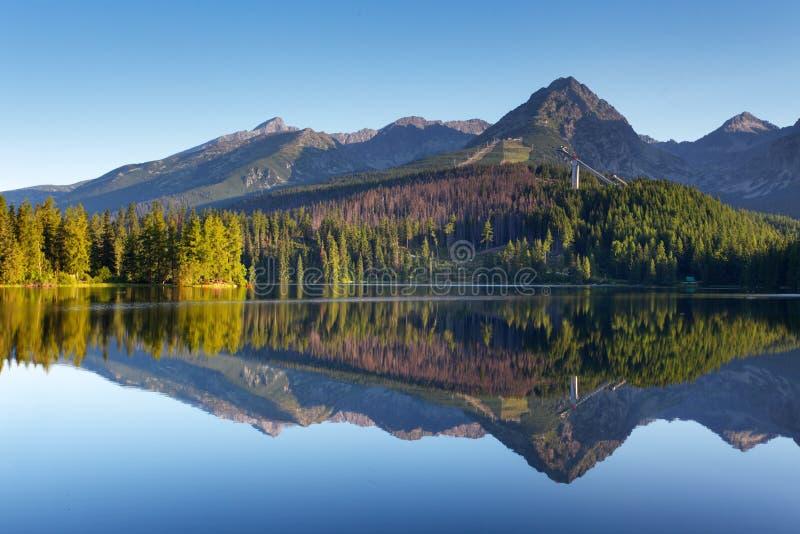 Escena de la montaña de la naturaleza con el lago hermoso en Eslovaquia Tatra - St imagenes de archivo