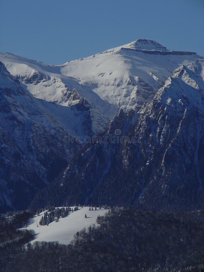 Escena de la montaña del invierno fotos de archivo