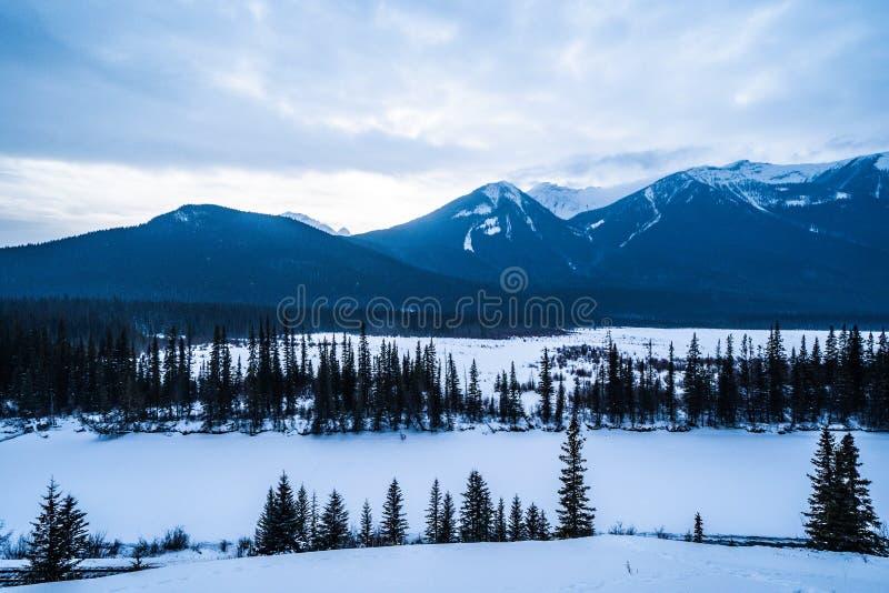 Escena de la montaña del invierno en los lagos bermellones en las montañas rocosas canadienses, fuera de Banff Alberta imagen de archivo