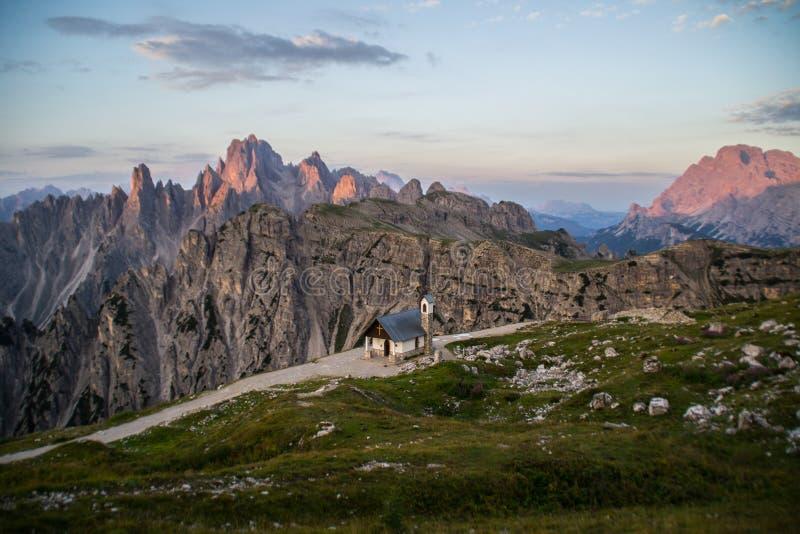 Escena de la montaña del panorama de la salida del sol, dolomías, Italia imagenes de archivo