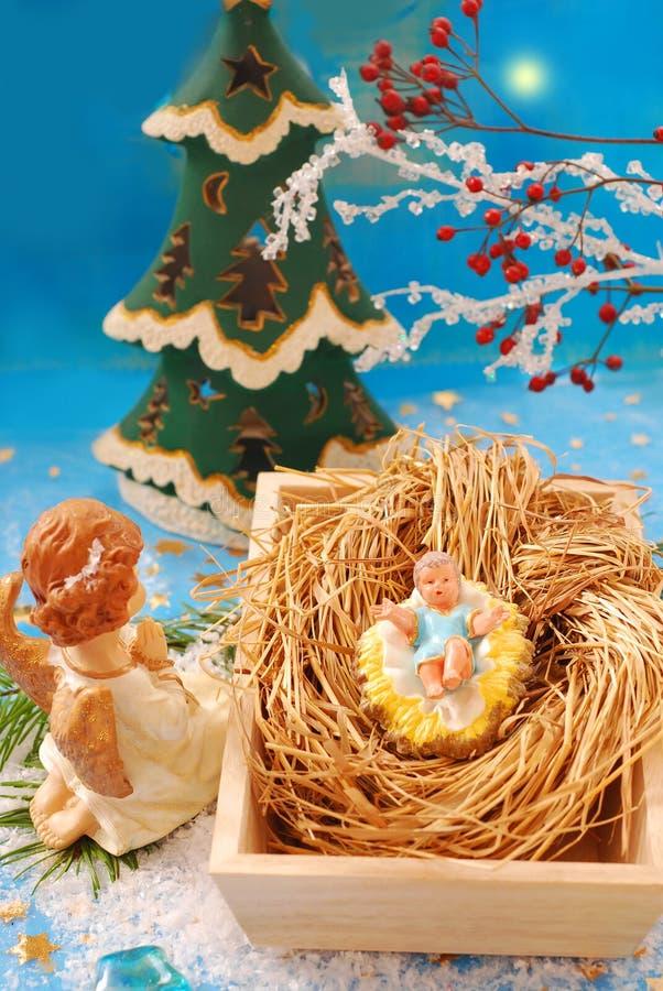 Escena de la natividad con el bebé Jesús y el ángel imagen de archivo