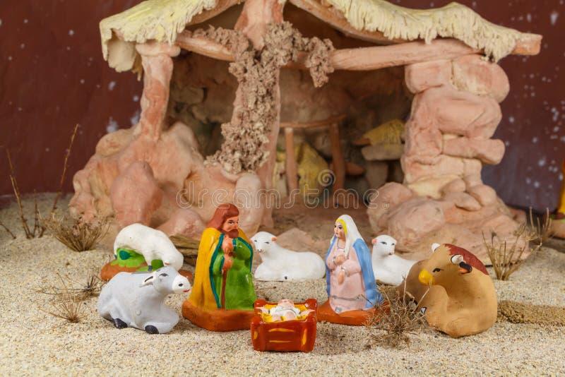 Escena de la natividad con las figuras provencal del pesebre de la Navidad fotografía de archivo