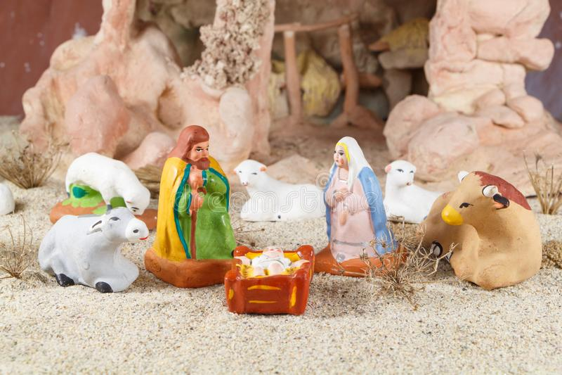 Escena de la natividad con las figuras provencal del pesebre de la Navidad imagen de archivo libre de regalías