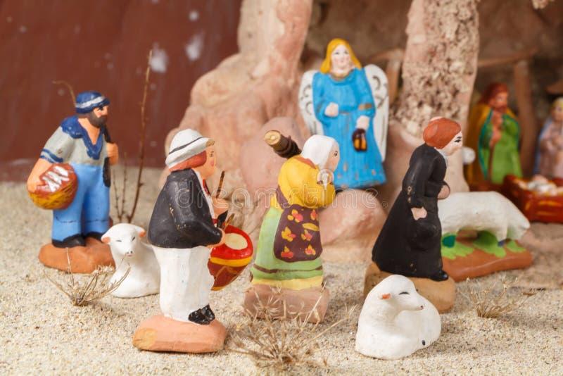 Escena de la natividad con las figuras provencal del pesebre de la Navidad foto de archivo libre de regalías