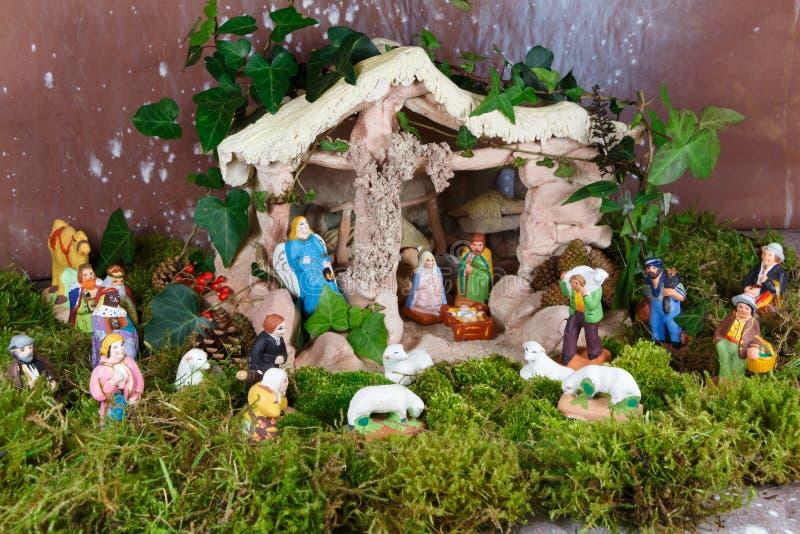 Escena de la natividad con las figuras provencal del pesebre de la Navidad imágenes de archivo libres de regalías