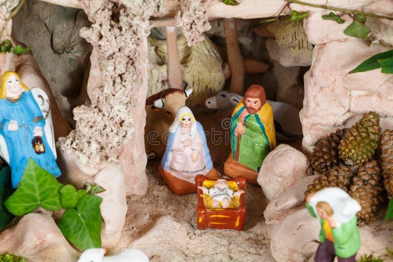 Escena de la natividad con las figuras provencal del pesebre de la Navidad foto de archivo