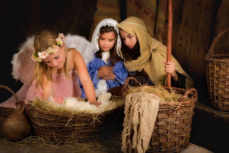 Escena de la natividad de la Navidad con ángel fotos de archivo libres de regalías