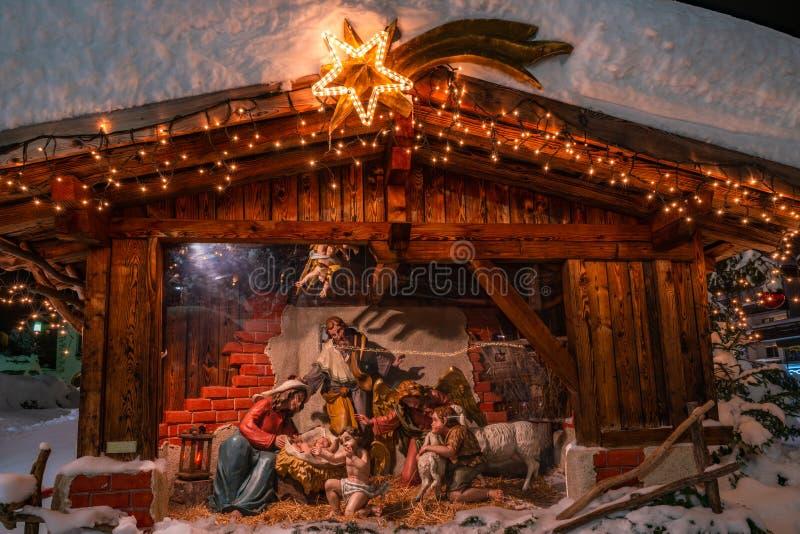 Escena de la natividad fuera de St Oswald Parish Church en Seefeld en Austria imagen de archivo libre de regalías