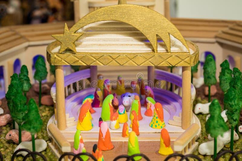 Escena de la natividad de la Navidad representada con las figurillas de Maria, de José, de Jesús y de otros caracteres del pesebr fotos de archivo libres de regalías