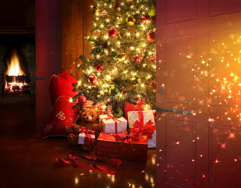 Escena de la Navidad con el árbol y fuego en fondo fotografía de archivo libre de regalías