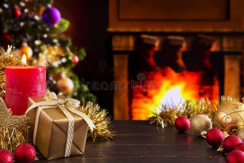 Escena de la Navidad con la chimenea y el árbol de navidad en el backgro imágenes de archivo libres de regalías