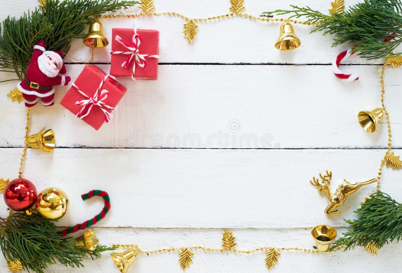 Escena de la Navidad con las decoraciones en el fondo de madera blanco del panel, el diseño de la frontera con el espacio de la c foto de archivo libre de regalías