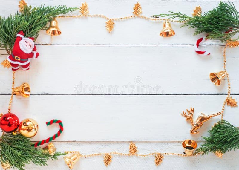 Escena de la Navidad con las decoraciones en el fondo de madera blanco del panel, el diseño de la frontera con el espacio de la c fotos de archivo libres de regalías