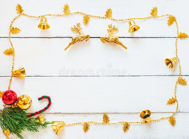 Escena de la Navidad con las decoraciones en el fondo de madera blanco del panel, el diseño de la frontera con el espacio de la c imágenes de archivo libres de regalías