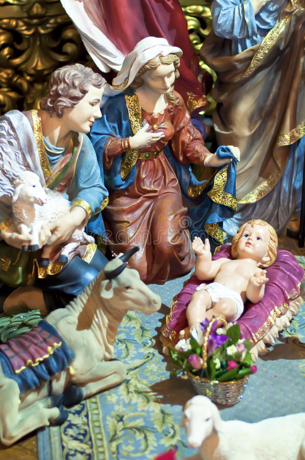 Escena de la Navidad con las figuras de Jesús, de Maria y de uno de los reyes magos fotografía de archivo