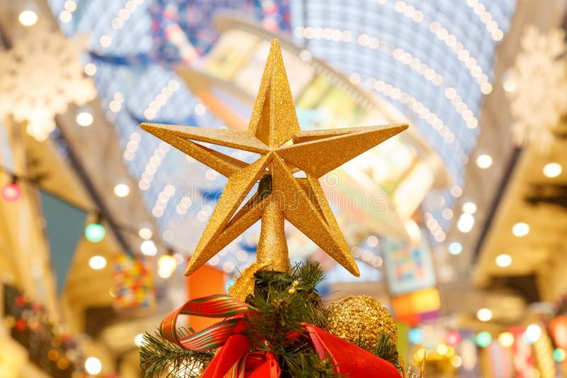 Escena de la Navidad con los regalos y el fuego del árbol en fondo fotos de archivo libres de regalías