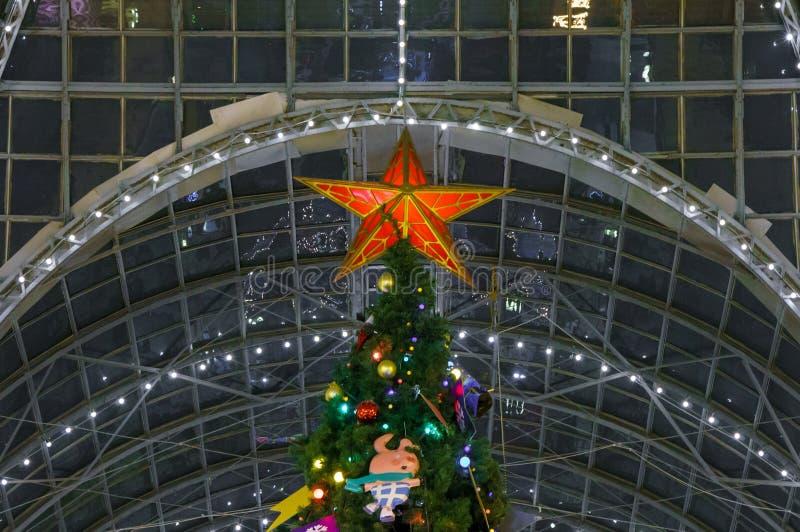 Escena de la Navidad con los regalos y el fuego del árbol en fondo fotografía de archivo libre de regalías