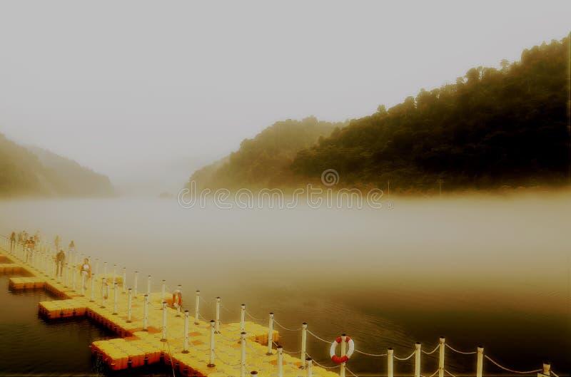 Escena de la niebla en poco río del dongjiang foto de archivo libre de regalías