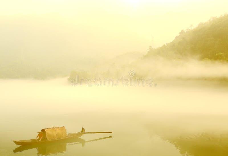 Escena de la niebla en poco río del dongjiang foto de archivo