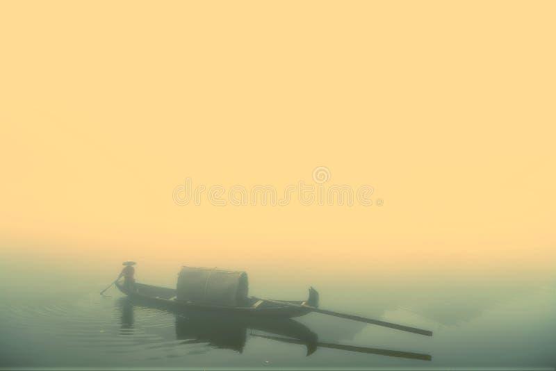 Escena de la niebla en poco río del dongjiang imagenes de archivo