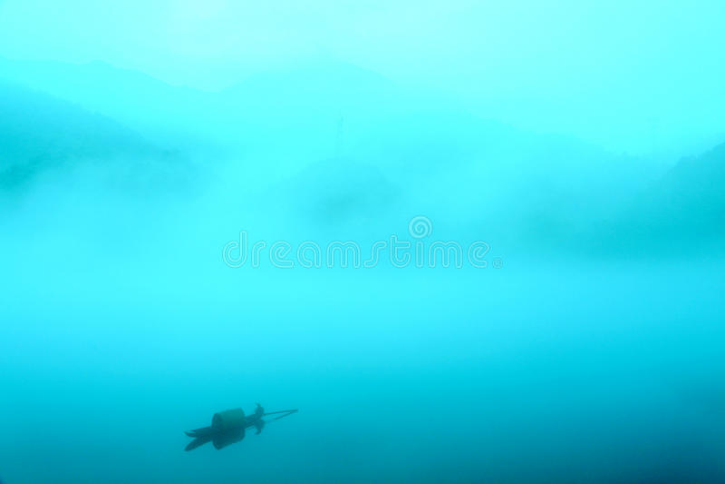 Escena de la niebla en poco río del dongjiang fotografía de archivo