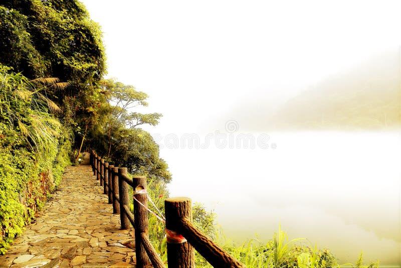 Escena de la niebla en poco río del dongjiang imagen de archivo libre de regalías