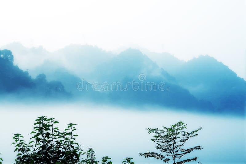 Escena de la niebla en poco río del dongjiang fotografía de archivo libre de regalías